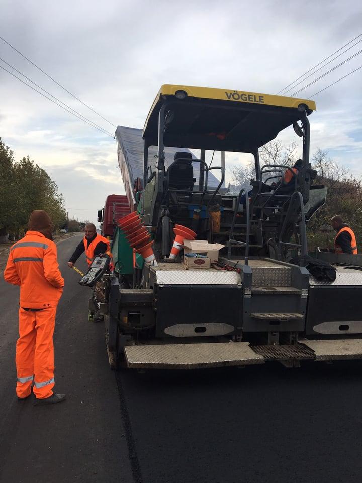 Відновлення автошляхів: Триває ремонт автодороги Т-15-07 Миколаїв – Парутине – Очаків – база відпочинку