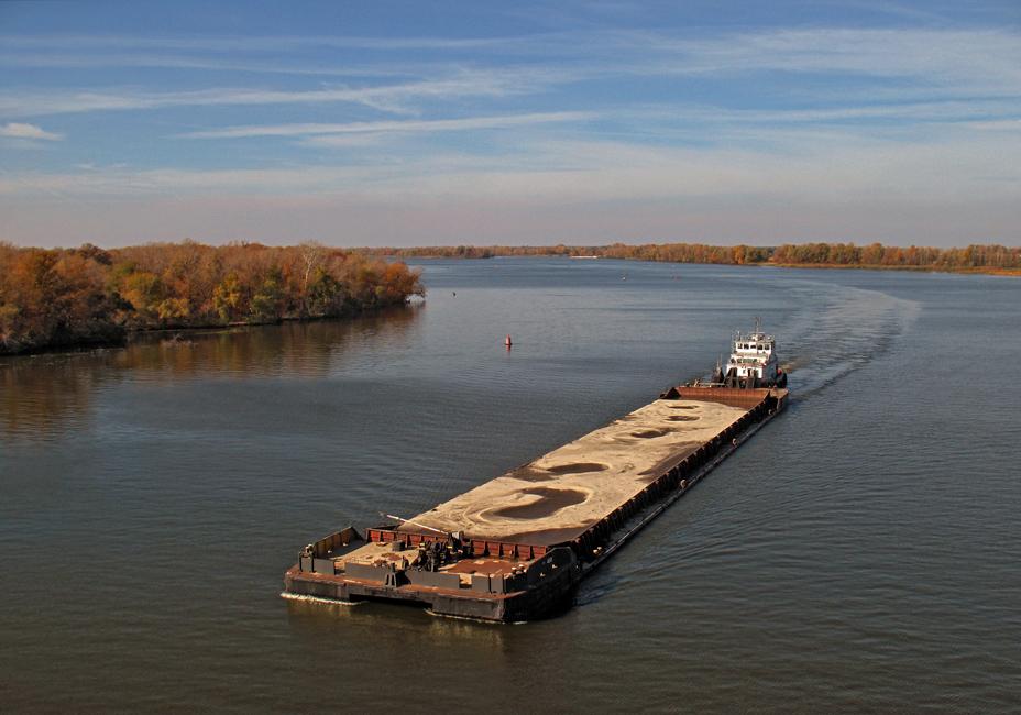 вскоре наша лодка вышла на самую середину реки когда за изгибом